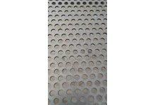 Blacha perforowana malowana na biało/czarno fi 5mm 1000 x 1000 - zdjęcie