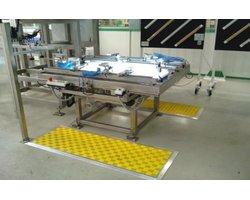 Stanowisko do montażu i kontroli w produkcji laminowanych samochodowych szyb bocznych - zdjęcie