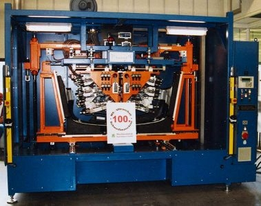 1992 Rozpoczęcie montażu zgrzewarek ultradźwiękowych i w 1994 r. opracowanie i produkcja pierwszych ultradźwiękowych maszyn do tłoczenia